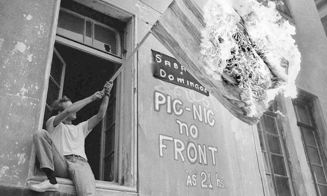 Manifestante queima a bandeira dos EUA no prédio da UNE, no dia da morte do estudante Edson Luis, em 1968 Foto: Pedro de Moraes / Divulgação