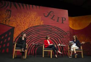 Mesa com Kristen Roupenian (cabelos curtos) e Sheila Heti (casaco vermelho) no primeiro dia de Flip Foto: Leo Martins / Agência O Globo