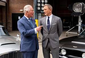 Príncipe Charles e Daniel Craig no set do 25º filme de James Bond Foto: Divulgação