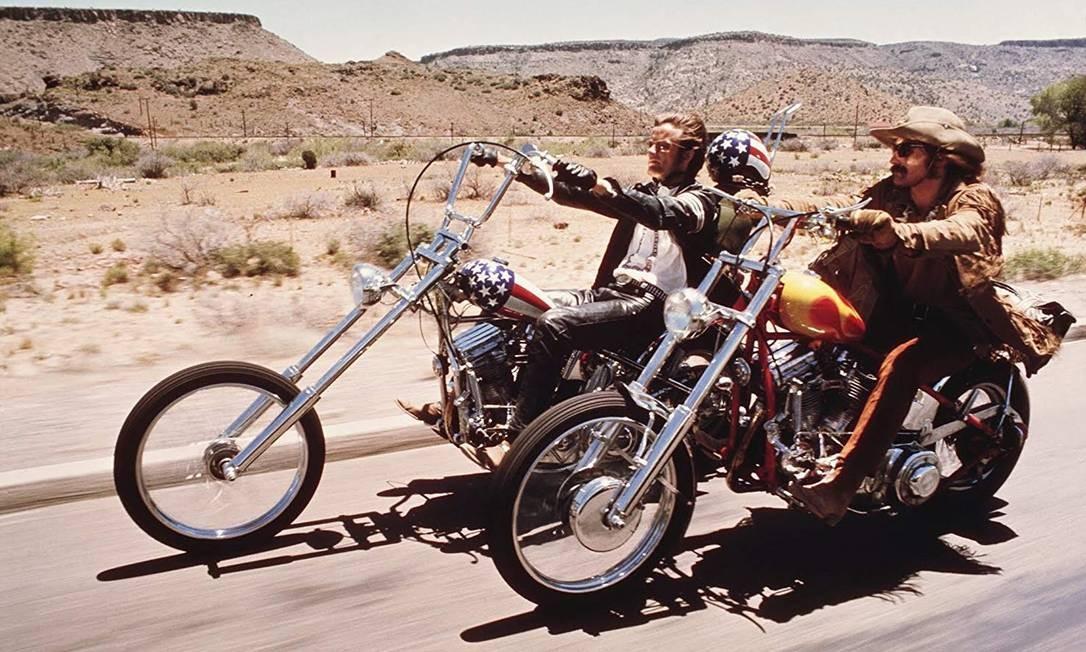 Em 'Sem destino' (1969), de Dennis Hopper, Wyatt (Peter Fonda) e Billy (Dennis Hopper), dois hippies motoqueiros, finalizam uma venda de drogas no sul da Califórnia e decidem cruzar o país em busca de verdade espiritual. O filme é considerado um marco da contracultura, explorando as tensões dos EUA daquela época Foto: Divulgação