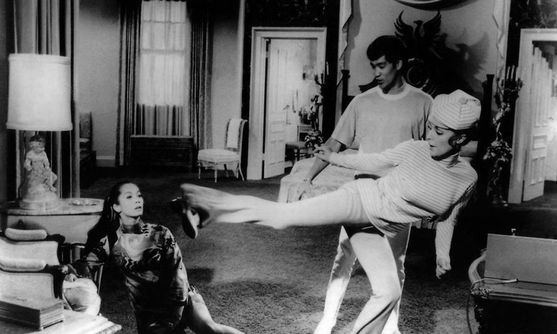 """Em """"Arma secreta contra Matt Helm"""" (1968), de Phil Karlson, o agente secreto do título (interpretado por Dean Martin) e Freya Carlson (Sharon Tate) vão em busca de US$ 1 bilhão em ouro, no último dos quatro filmes dedicados ao personagem. Bruce Lee também está no filme Foto: Divulgação"""