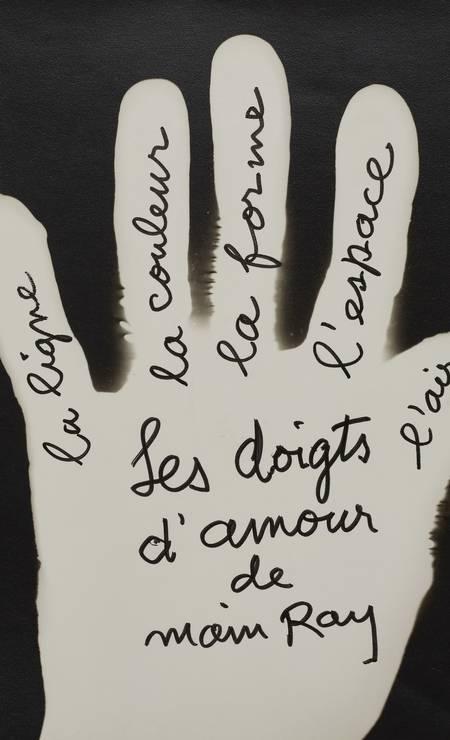 """""""Les Doigts d'amour de Main Ray"""" [Os dedos de amor de Main Ray (sic), a linha, a cor, a forma, o espaço, o ar], 1959, Raiografia, impressão em gelatina e prata de época. Foto: Divulgação."""