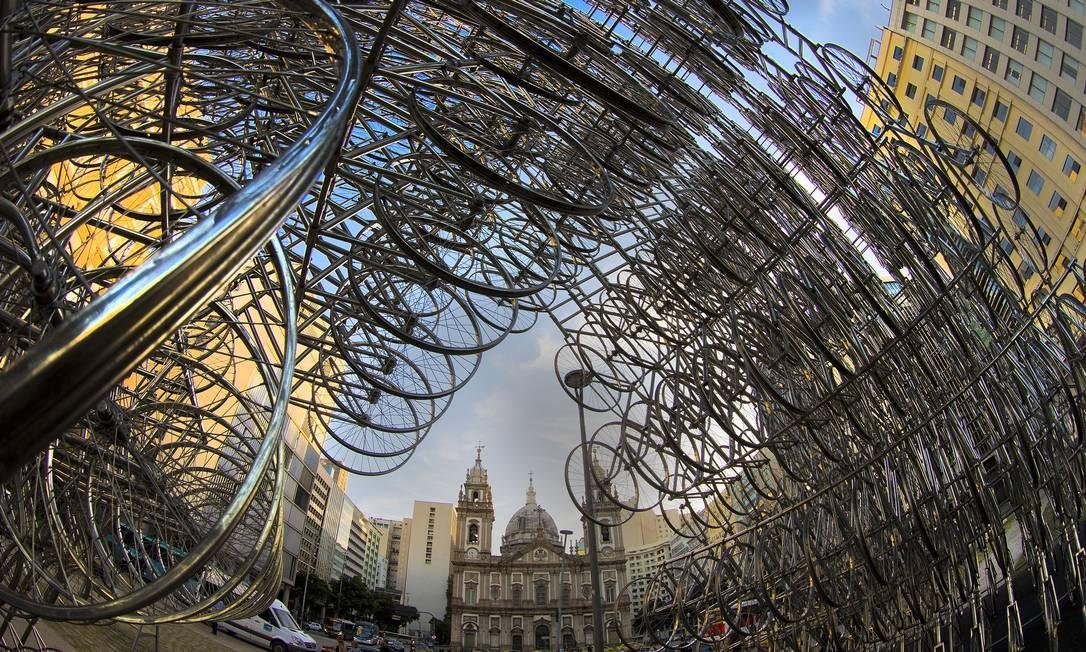 """""""Bicicletas"""", de Ai Weiwei, com a Igreja da Candelária ao fundo Foto: Antonio Scorza / Agência O Globo"""