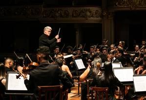 O maestro Pinchas Zuckerman marca ritmos e entradas para a Orquestra Sinfônica de Barra Mansa no Teatro Municipal Foto: Renato Mangolin