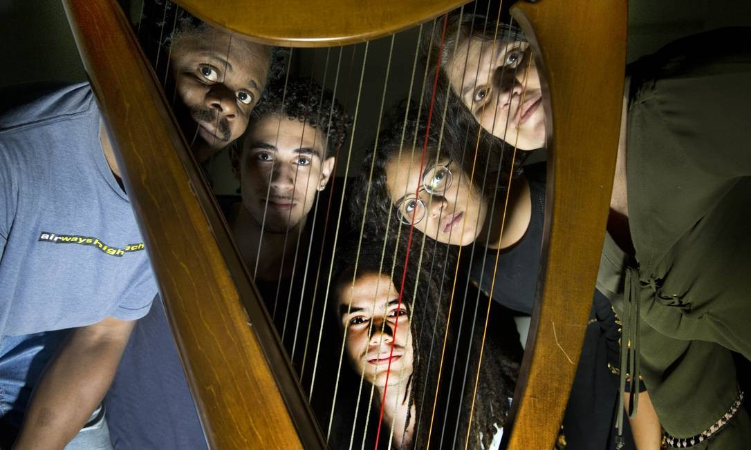 A professora Andrea Adour com alunos na Escola Nacional de Música Foto: Antonio Scorza / Agência O Globo