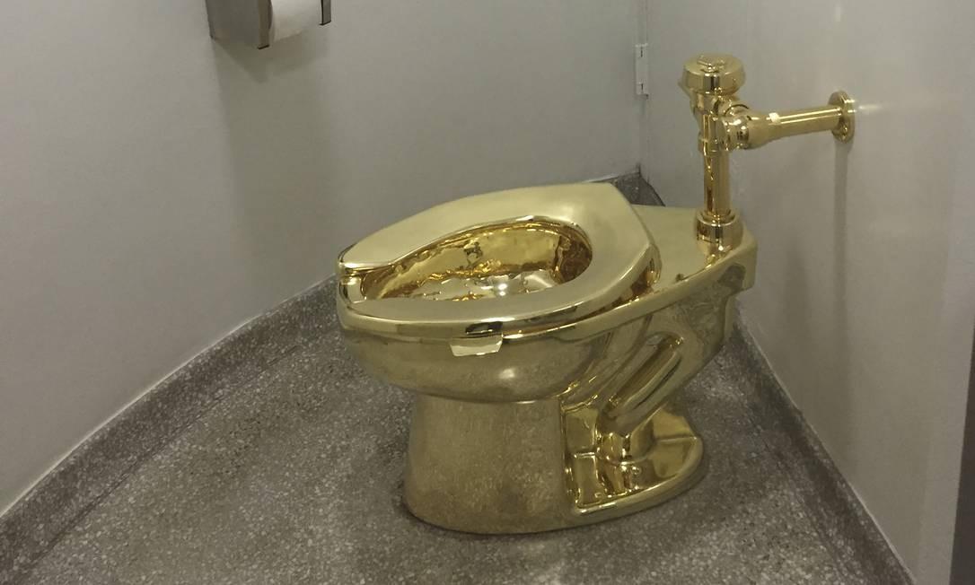 """A obra """"America"""", uma privada feita em ouro 18 quilates, roubada de uma exposição na Inglaterra Foto: WILLIAM EDWARDS / AFP"""