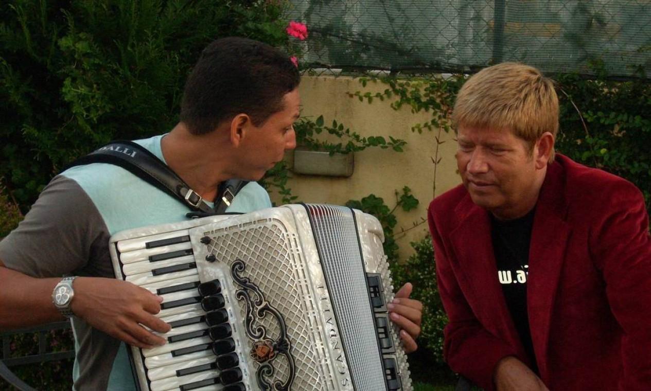 Em 2007, Leal canta com o acordeonista brasileiro Targino Gondim Foto: Divulgação