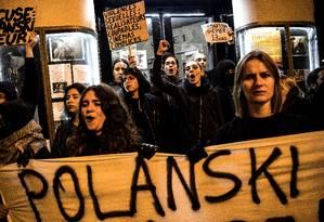 """Mulheres protestam contra o cineasta Roman Polanski, acusado de estupro, na estreia de seu novo filme, """"J'accuse"""" (ainda sem título em português) em Paris, na França Foto: CHRISTOPHE ARCHAMBAULT / AFP"""