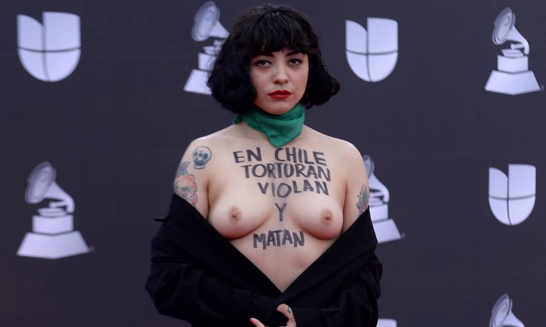 A cantora chilena Mon Laferte mostra os seios com a mensagem