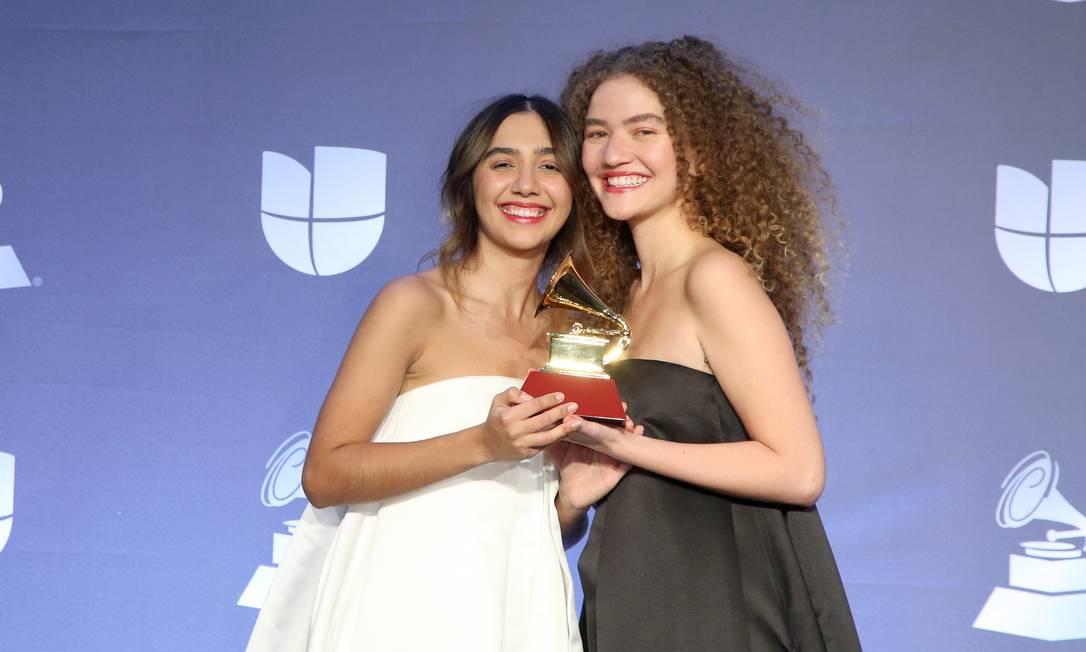 Foto: A dupla Anavitória festeja o prêmio recebido na cerimônia do Grammy Latino, em Las Vegas