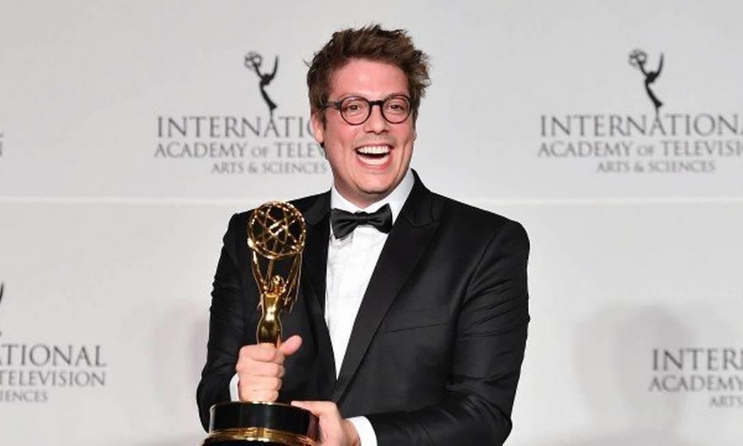Fábio Porchat comemora a conquista do 'Porta dos fundos' com seu Emmy Internacional em mãos Foto: Angela Weiss / STF