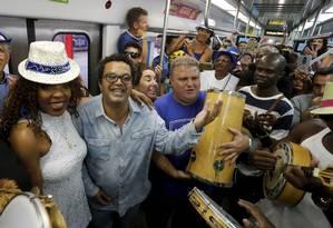 Marquinhos de Oswaldo Cruz (de óculos), no Trem do Samba de 2017: três últimas edições não contaram com recursos públicos Foto: Domingos Peixoto / Agência O Globo