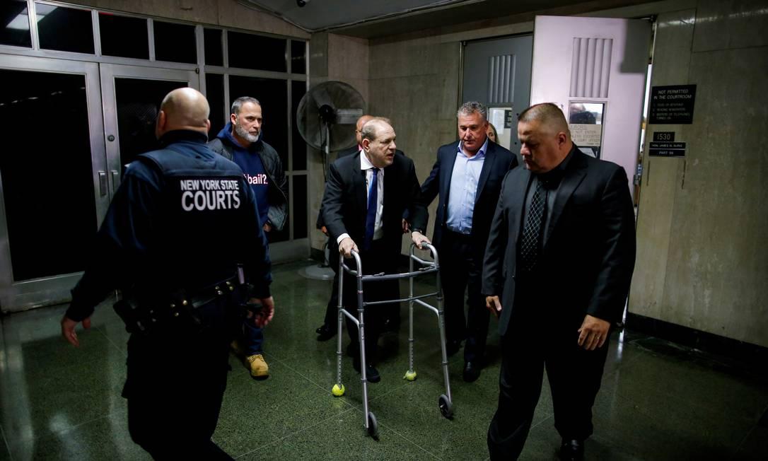 O ex-produtor de cinema Harvey Weinstein, que caminha com a ajuda de um andador, durante uma das audiências na Suprema Corte de Nova York Foto: Eduardo Munoz / REUTERS