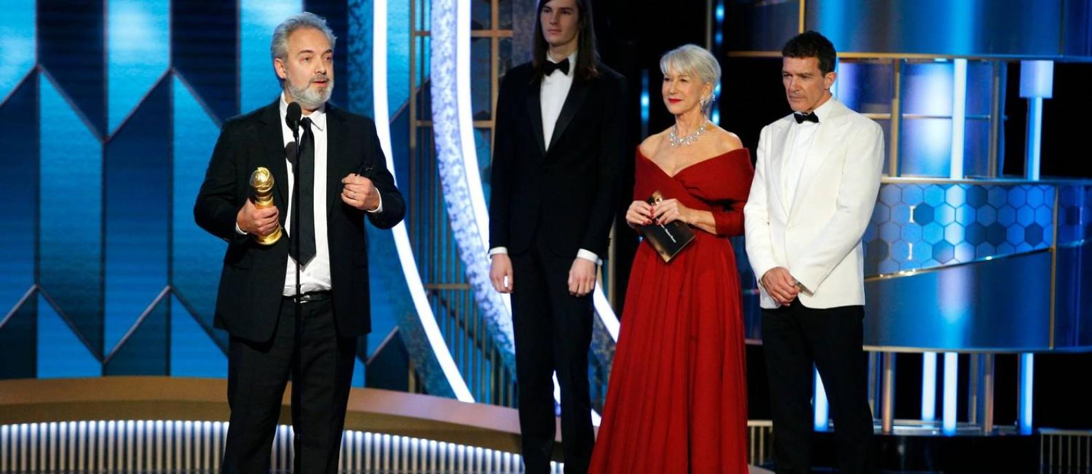 Sam Mendes, premiado pela direção do filme 1917, segura seu troféu ao lado da atriz Helen Mirren. Ele ainda faturou melhor filme de drama, desbancando duas vezes Scorsese Foto: REUTERS