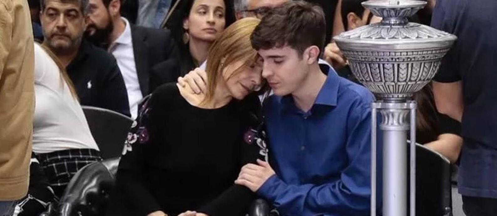 A viúva, Rose Miriam di Matteo, com o filho mais velho do casal, João Augusto, no velório de Gugu Foto: Rafael Cusato