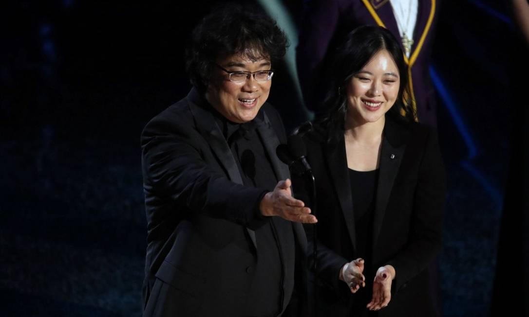 """Bong Joon-ho com Sharon Choi, cineasta e intérprete do diretor de """"Parasita"""" em premiações como o Oscar Foto: New York Times/NOEL WEST / NYT"""