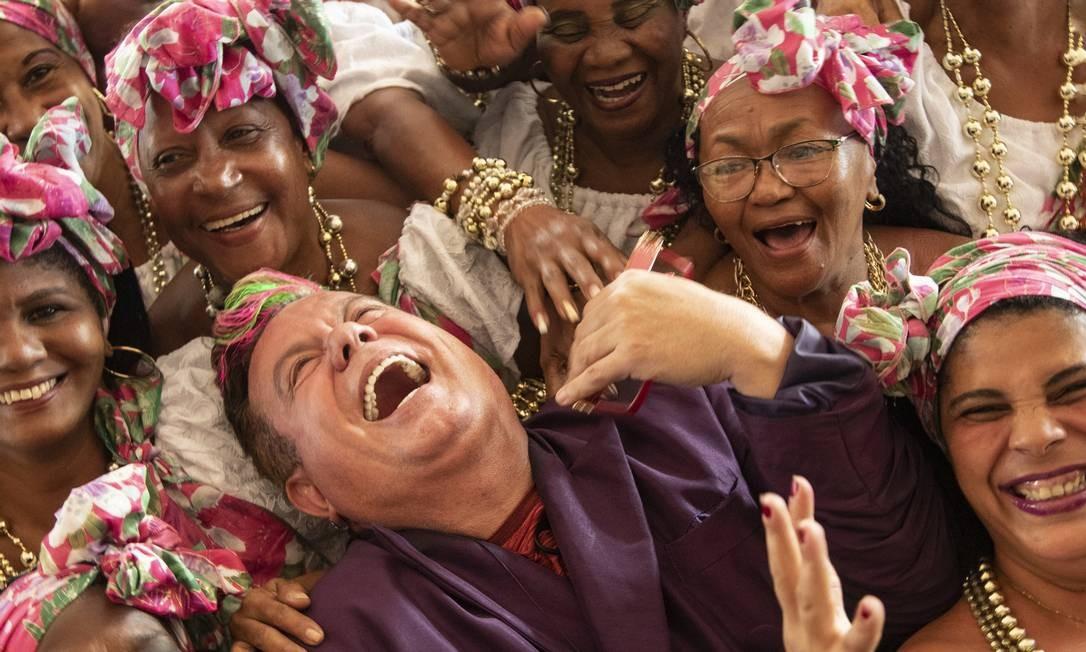Milton rodeado por baianas da Mangueira durante gravação na Cidade do Samba Foto: Ana Branco / Agência O Globo