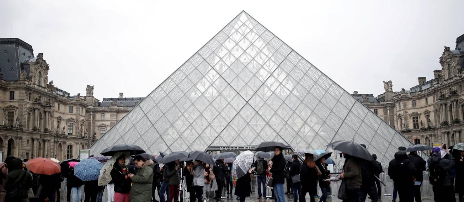 Louvre de portas fechadas: governo francês decidiu restringir aglomerações públicas Foto: Benoit Tessier / REUTERS