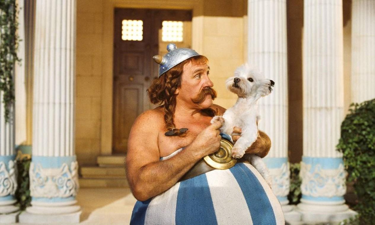 Gerar Depardieu encarna Obelix, com seu cachorrinho Ideafix, em 'Asterix nos Jogos Olímpicos', filme de 2008, dirigido por Frédéric Forestier e Thomas Langmann Foto: Divulgação