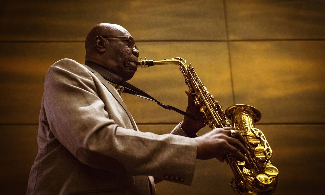 O saxofonista Manu Dibango, no Rio, em 2016 Foto: Fernando Lemos