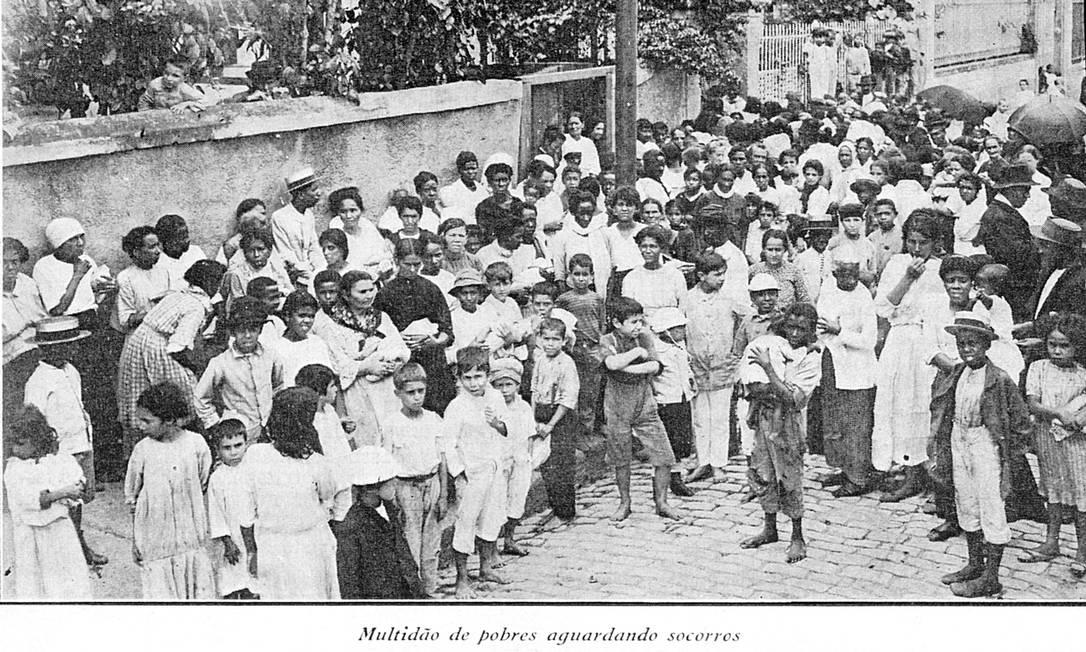 """Gripe espanhola no Rio, em 1918. Legenda da foto diz """"multidão de pobres aguardando socorros"""" Foto: Reprodução"""