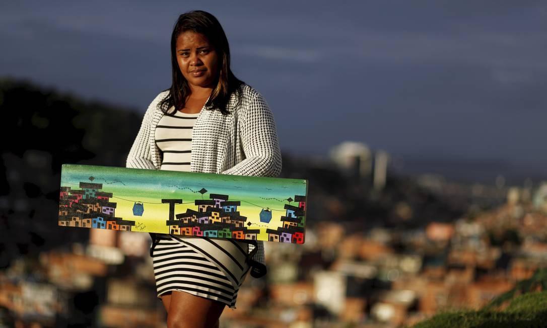Mariluce Mariá, que coordena oficinas de pintura no projeto Favela Art no Complexo do Alemão, está arrecadando e distribuindo alimentos: ações locais merecem ser estimuladas Foto: Gustavo Stephan