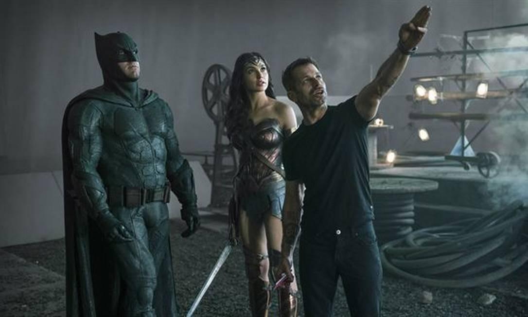 Zack Snyder (à direita) no set de 'Liga da Justiça' com Ben Affleck e Gal Gadot Foto: Divulgação