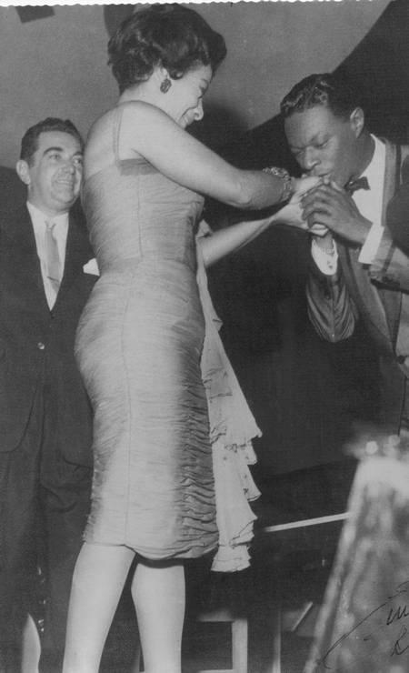 O cantor e pianista americano de jazz Nat King Cole beija as mãos de Elizeth Foto: Acervo de família