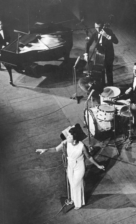 Em 1968, Elizeth canta em show histórico com o Zimbo Trio, no Teatro João Caetano; Jacob do Bandolim também fazia parte do espetáculo Foto: Antônio Teixeira / Agência O GLOBO