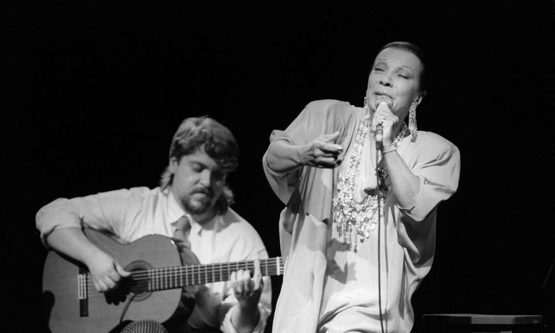 O violonista Raphael Rabello e a cantora Elizeth Cardoso, em show no Teatro João Caetano, em 1989 Foto: Carlos Ivan / Divulgação