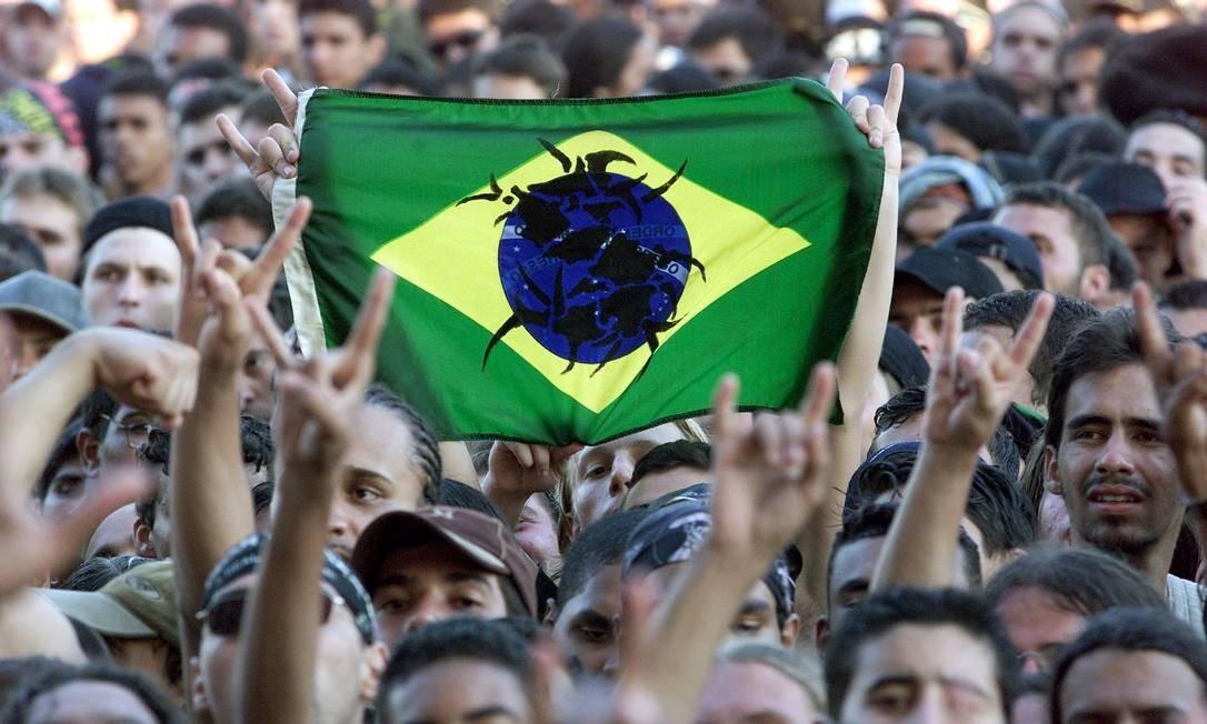 Público levanta bandeira do Brasil em show na terceira edição do Rock in Rio, em 2001 Foto: Ivo Gonzalez / Agência O Globo