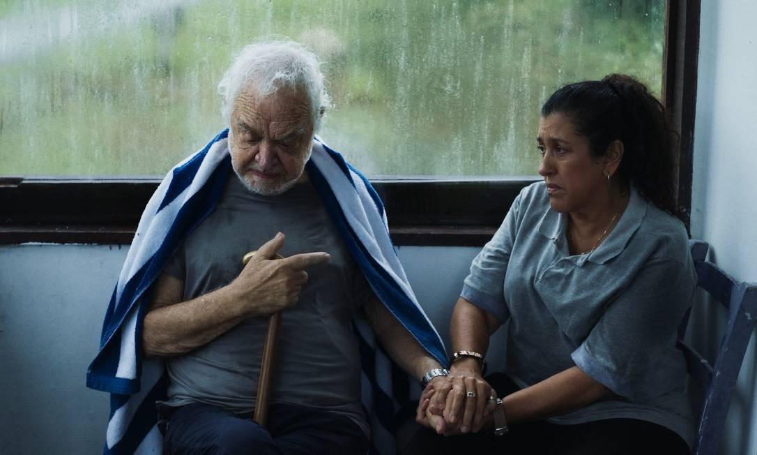 Regina Casé e Rogério Fróes em uma cena de 'Três verões': filme chega, enfim, aos cinemas brasileiros Foto: Divulgação