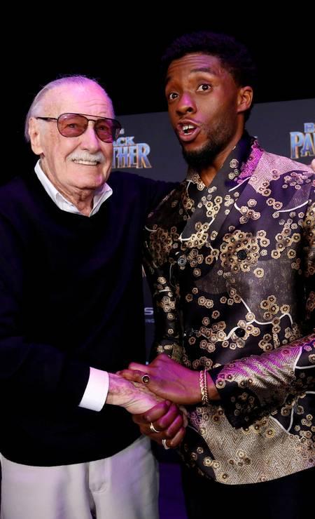 O ator posa com Stan Lee, um dos criadores do personagem, na pré-estreia de 'Pantera Negra' (2018) em Los Angeles: longa foi a maior bilheteria de uma história estrelada por um super-herói Foto: Mario Anzuoni/Reuters