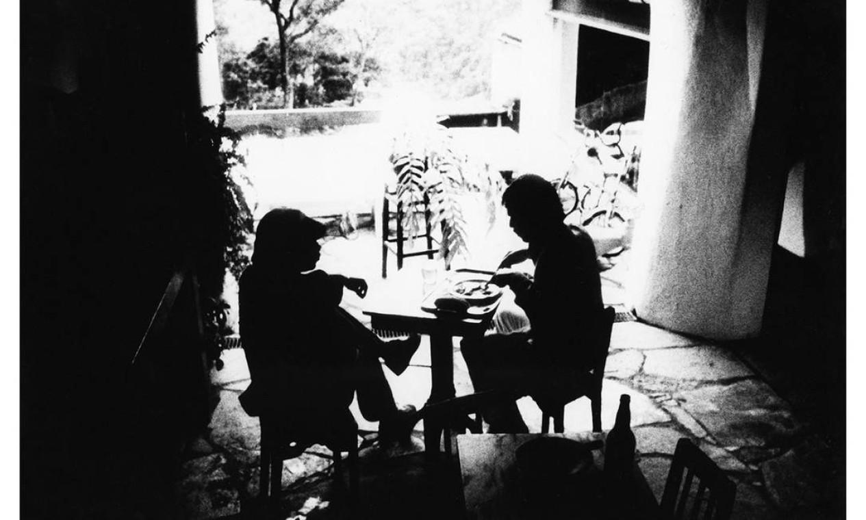 Celebrado por suas imagens poéticas, Cafi registrou Milton Nascimento e Chico Buarque durante uma refeição, em 1976 Foto: Cafi / Divulgação