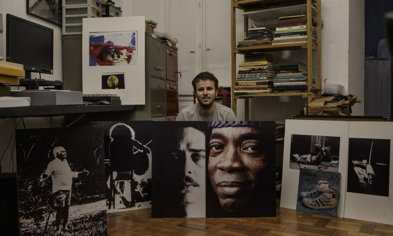 Miguel Colker, filho de Cafi, entre fotos históricas do acervo do pai Foto: Alexandre Cassiano / Agência O Globo