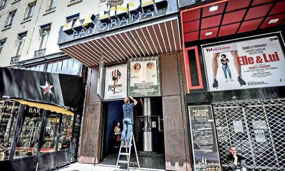 Cinema em Paris com cartazes removidos: nova onda de Covid obriga salas a fecharem as portas novamente Foto: AFP / Stephane de Sakutin