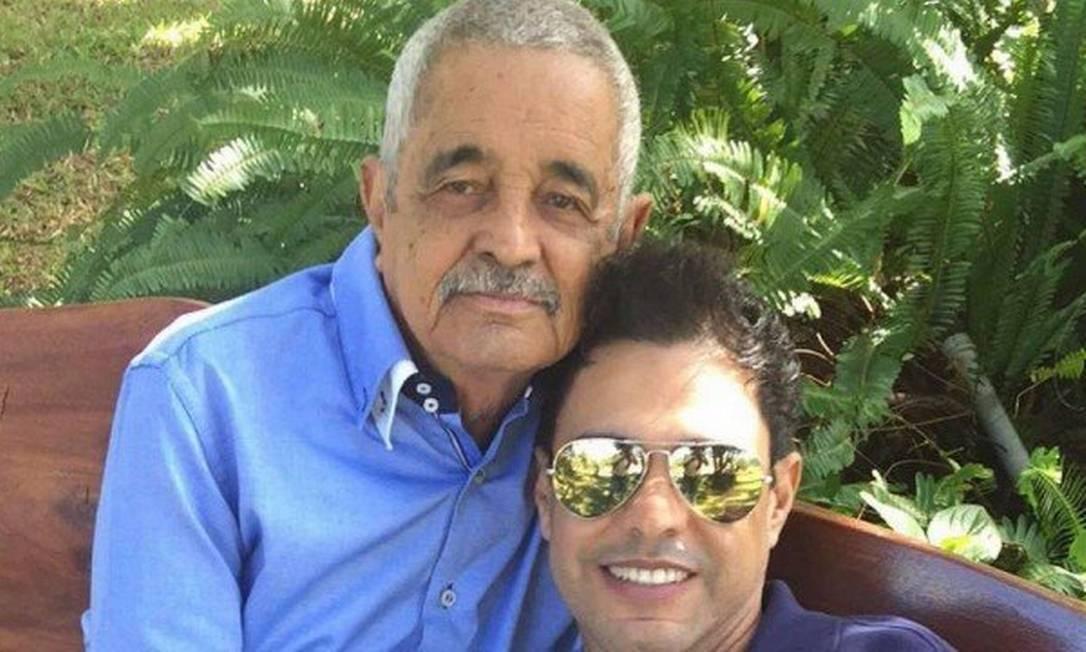 Seu Francisco ao lado do filho, Zezé: morte causada por uma parada cardiorrespiratória Foto: Reprodução