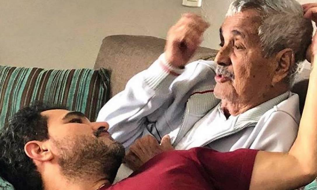 Luciano no colo do pai, Francisco: com Covid-19, cantor não irá ao velório do pai Foto: Reprodução