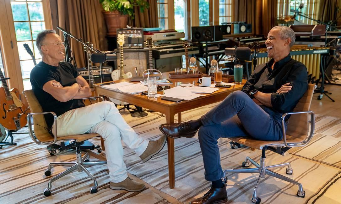 Bruce Springsteen e Barack Obama conversam no estúdio que fica na casa do cantor, em Nova Jersey Foto: ROB DEMARTIN / NYT