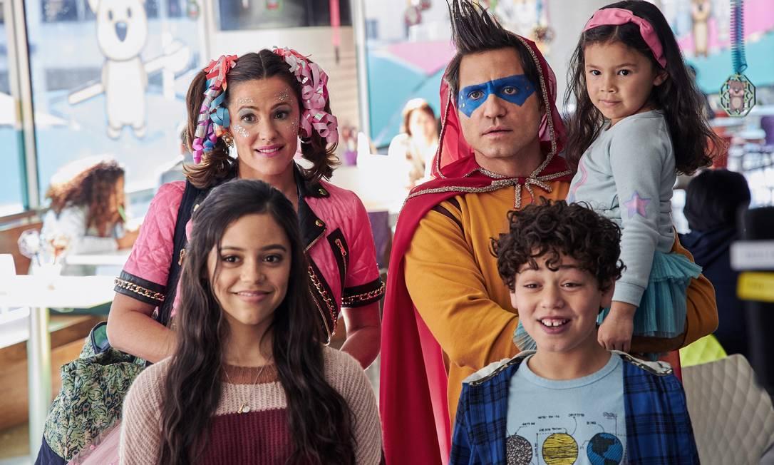 Edgar Ramirez e Jennifer Garner são pais que buscam recuperar a relação com os três filhos na comédia 'Dia do sim' Foto: MATT KENNEDY/NETFLIX© 2021