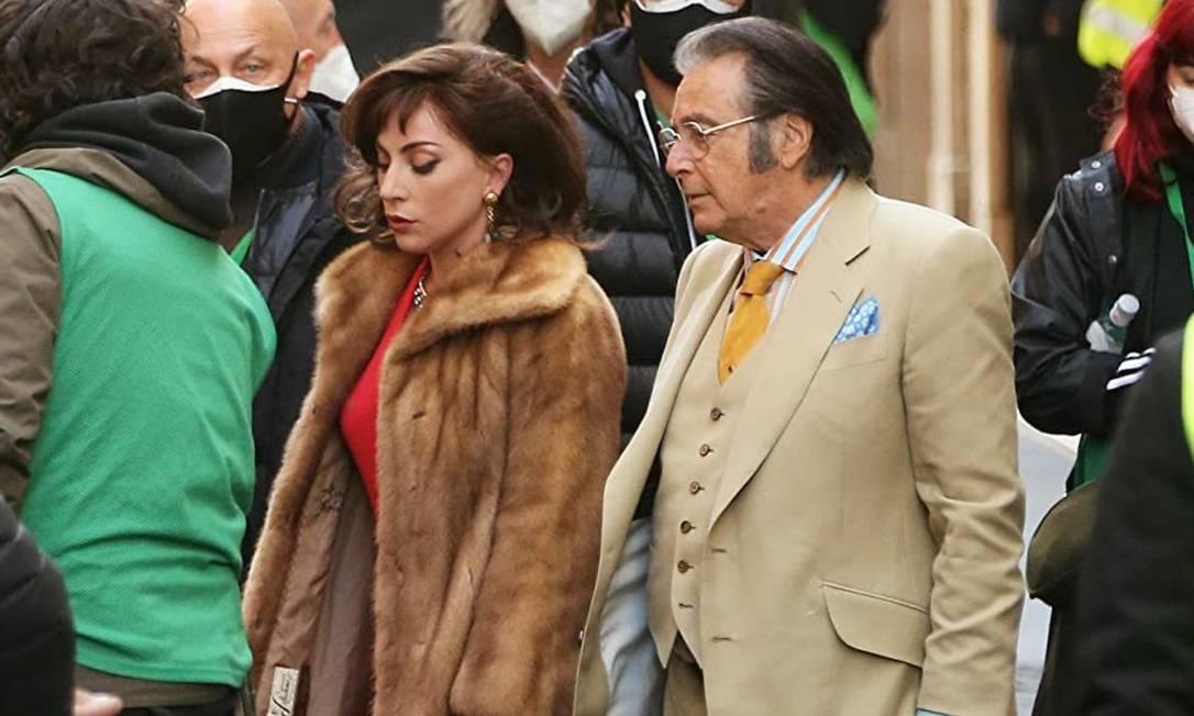 Lady Gaga e Al Pacino no set de 'House of Gucci': integrantes do famoso clã da moda reclamam da escalação do elenco Foto: IMDb / Reprodução