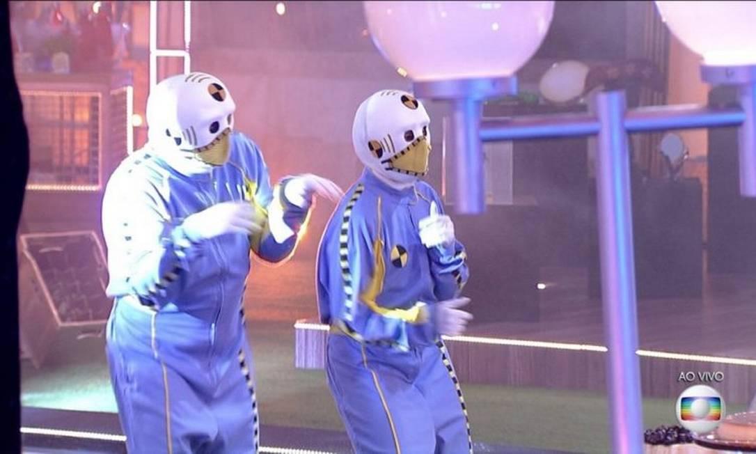 Boninho e seu parceiro misterioso durante visita dos dummies na festa do 'BBB 21' desta quarta-feira (21) Foto: TV Globo / Reprodução