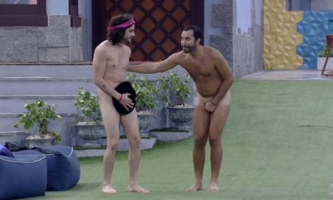 Fiuk e Gilberto se preparam para cumprir a promessa de pularem na piscina pelados após mais um paredão Foto: Reprodução