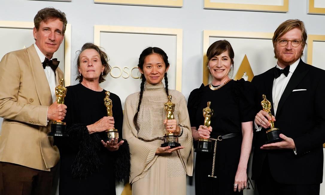 O time de 'Nomadland', vencedor do Oscar de melhor filme: Peter Spears, Frances McDormand, Chloe Zhao, Mollye Asher e Dan Janvey Foto: POOL / REUTERS