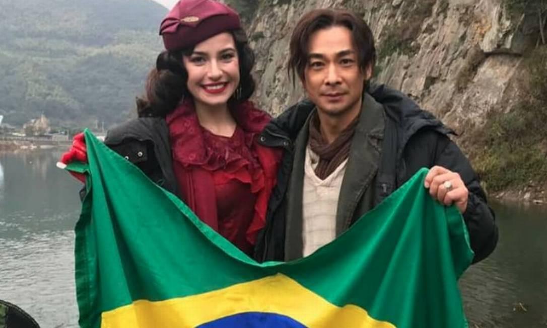 Julia Gama no set de 'Invisible tattoo', ao lado do ator chinês Wen Zhou Foto: Instagram / Reprodução