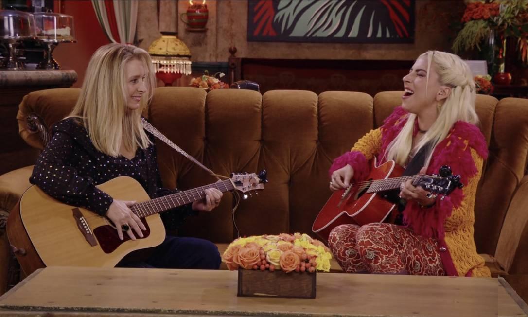 Lisa Kudrow e Lady Gaga no sofá do Central Perk: dupla canta 'Smelly cat' em especial Foto: Reprodução