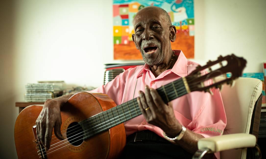 O sambista Nelson Sargento com seu violão, em casa, num registro de 2019 Foto: Brenno Carvalho / Agência O Globo