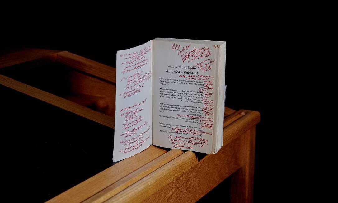 Exemplar de 'American Pastoral' com anotações está presente no acervo exibido em biblioteca de Newark, com milhares de itens que eram de Philip Roth Foto: VINCENT TULLO / NYT
