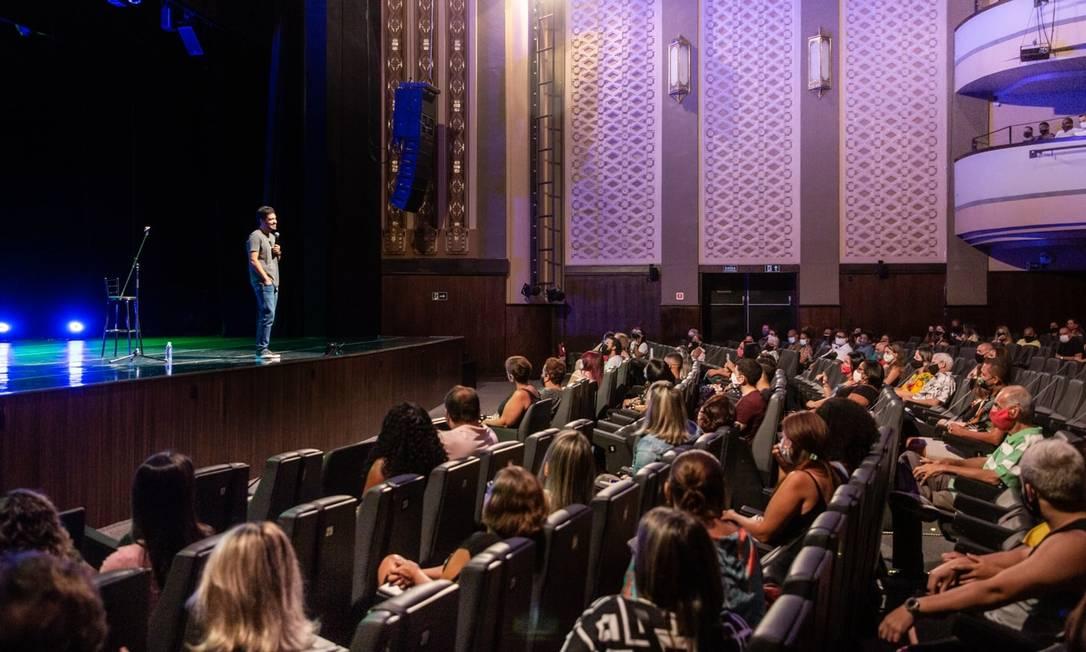 O humorista Diogo Almeida apresenta espetáculo de comédia stand up para professores e pedagogos no Teatro Riachuelo, no Centro do Rio Foto: Bernardo Cartolano / Divulgação