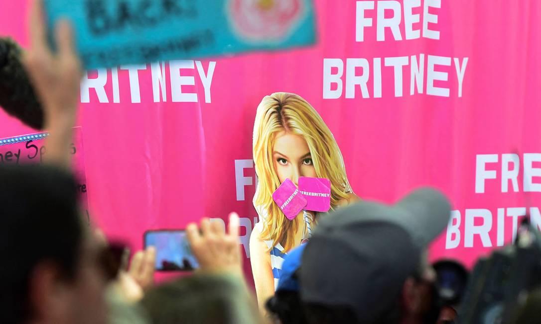 Fãs foram até a frente do Tribunal de Los Angeles no dia da audiência virtual de Britney Spears Foto: FREDERIC J. BROWN / AFP